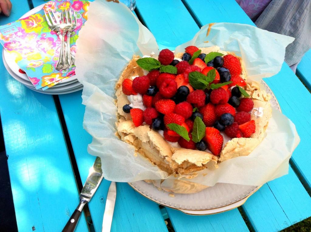 Pavlova opskrift med friske bær og cremecheese