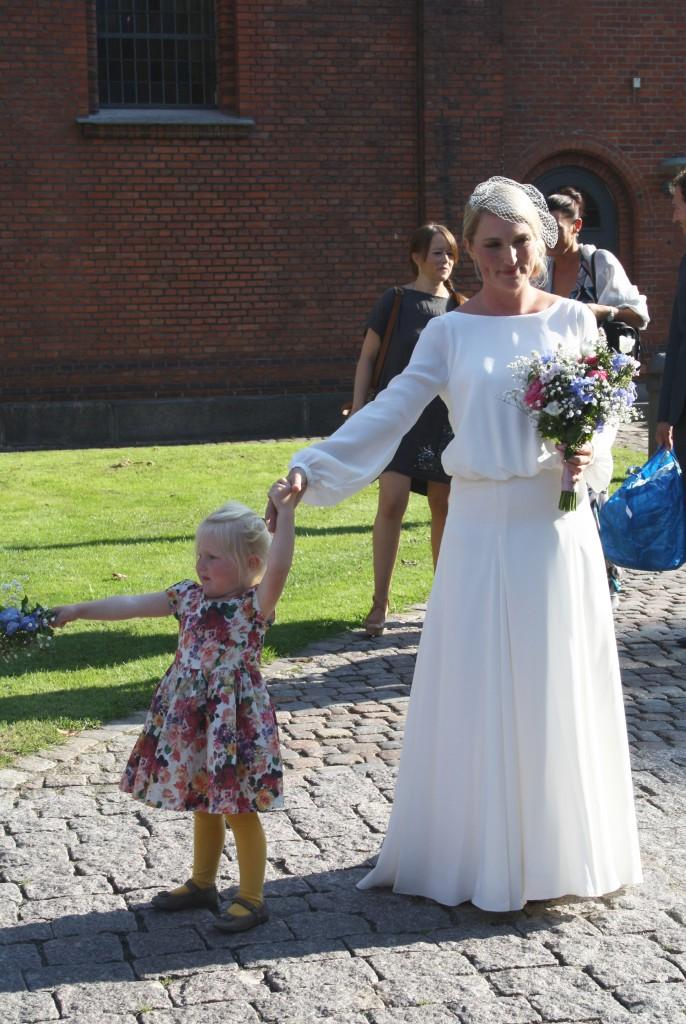 Brud og Anna foran kirke_redigeret