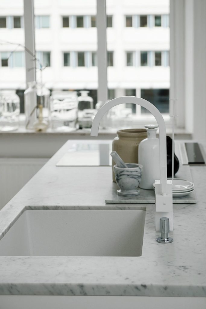 Lys og enkel indretning med marmor