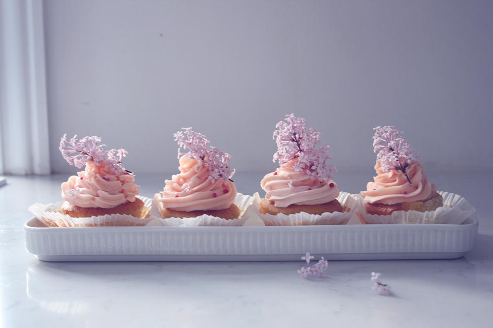 opskrift vanille cupcakes med hyldeblomst