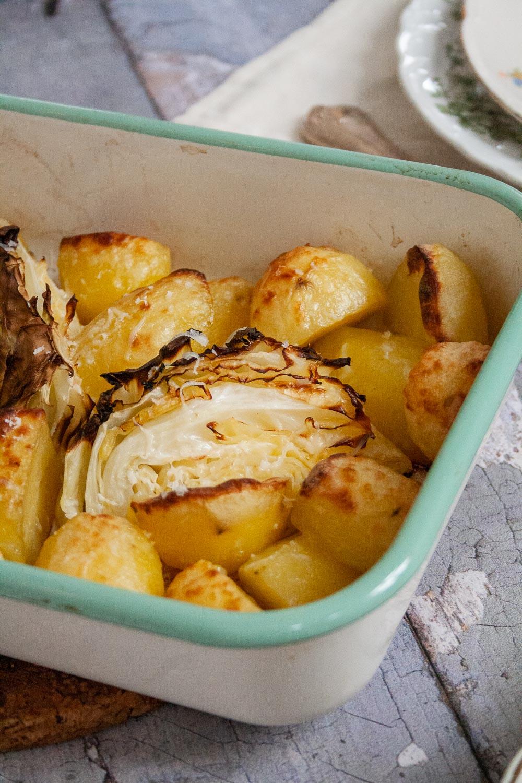opskrift ovnbagte kartofler og spidskål parmesan